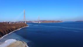 Rilevamento aereo di paesaggio marino con le viste del ponte russo archivi video