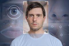Rilevazione del fronte e riconoscimento dell'uomo Dispositivo ottico del computer e concetto di apprendimento automatico immagine stock libera da diritti