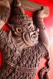 Rilievo della creatura Mythical sul portello del tempiale Immagini Stock Libere da Diritti