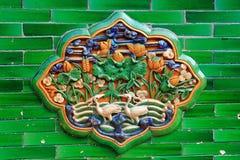 Rilievo di ceramica della gru in città severa Fotografia Stock