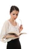 RIM d'isolement en verre d'oeil de jeune fille dans son livre du relevé de bouche sur le blanc Photos libres de droits