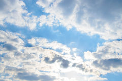 Rim Light Cloud su cielo blu Immagini Stock Libere da Diritti