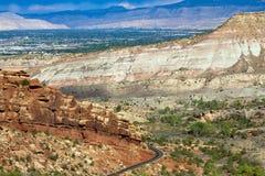Rim Rock Road entra no monumento nacional de Colorado de Grand Junction fotos de stock