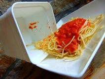 Rimanenze degli spaghetti da un recipiente di plastica immagini stock