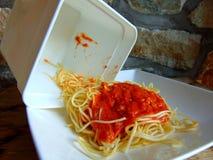 Rimanenze degli spaghetti da un recipiente di plastica fotografia stock libera da diritti