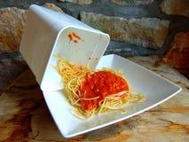 Rimanenze degli spaghetti da un recipiente di plastica fotografie stock libere da diritti