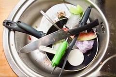 Rimanenze e piatti sporchi in un dispersore Fotografia Stock