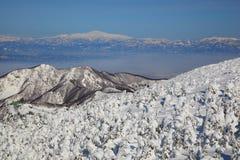 Rime macio e Mt. Gassan em Japão foto de stock