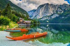 Rimessa per imbarcazioni e barche di legno sul lago, Altaussee, Salzkammergut, Austria Fotografia Stock