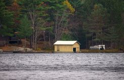 Rimessa per imbarcazioni e una barca sulla riva Fotografie Stock