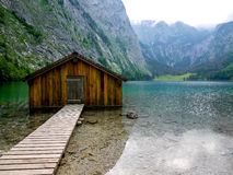 Rimessa per imbarcazioni a Obersee, Berchtesgaden, Germania fotografie stock libere da diritti