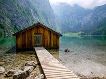 Rimessa per imbarcazioni a Obersee, Berchtesgaden, Germania fotografie stock