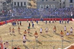 Rimessa in vigore medioevale di gioco del calcio Immagine Stock