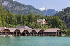 Rimesse per imbarcazioni ed hotel a Konigssee vicino a Berchtesgaden in alpi tedesche fotografie stock