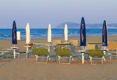 Rimini - άσπρες και μπλε ομπρέλες στην παραλία Στοκ Φωτογραφία