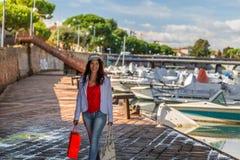 Rimini, Ιταλία, ώριμος τουρίστας που περπατά στην αποβάθρα στοκ φωτογραφία με δικαίωμα ελεύθερης χρήσης