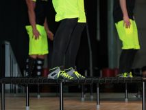 Rimini, Itália - em junho de 2017: Mini Trampoline Workout: Menina que faz o exercício da aptidão na classe no Gym Imagem de Stock Royalty Free
