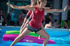 Rimini, Italië - juni 2017: Meisjes die Oefeningen op Drijvende Geschiktheidsmat doen in een Openlucht Zwembad royalty-vrije stock foto's