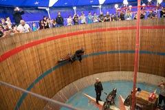 Rimini, Italie - 7 05 2018 : Exposition de moto des diables russes dans le grand baril en bois avec des tours compliqués de cirqu Photo libre de droits