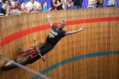 Rimini, Italie - 7 05 2018 : Exposition de moto des diables russes dans le grand baril en bois avec des tours compliqués de cirqu Image libre de droits