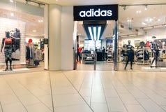 RIMINI ITALIEN - DECEMBER 10, 2015: Adidas lager Arkivfoto