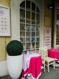 Rimini Italien - December 26, 2014: det traditionella hemtrevliga italienska kafét, sikt av shoppar fönstret royaltyfri bild