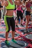 Rimini Italien - juni 2017: Mini Trampoline Workout: Flickor som gör konditionövning i utomhus- grupp på idrottshallen Arkivbild