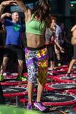 Rimini Italien - juni 2017: Mini Trampoline Workout: Flickor som gör konditionövning i utomhus- grupp på idrottshallen Royaltyfri Foto