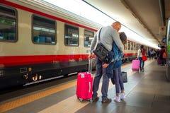 Rimini Italien - 13 05 2018: Par som är avskeds- och kysser på plattformen av järnvägsstationen i Rimini, Italien Royaltyfri Foto