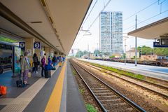 Rimini Italien - 13 05 2018: Väntande drev för folk på plattformen av järnvägsstationen i Rimini, Italien Royaltyfri Foto