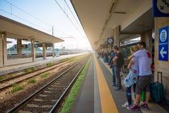 Rimini Italien - 13 05 2018: Väntande drev för folk på plattformen av järnvägsstationen i Rimini, Italien Arkivbilder