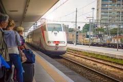 Rimini Italien - 13 05 2018: Väntande drev för folk på plattformen av järnvägsstationen i Rimini, Italien Arkivbild