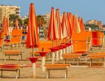 Rimini - Pomarańczowi plażowi parasole i sunbeds Zdjęcia Stock