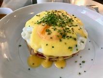 Rimmad pannkakasmörgås med Fried Eggs, frasig bacon för Hollandaisesås och salladslöksalladslöksidor arkivfoton