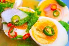 Rimmade ägg med kryddig och sur sallad Royaltyfri Fotografi