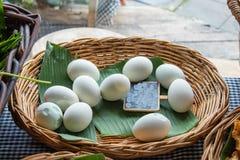 Rimmade ägg på ett bananblad fotografering för bildbyråer