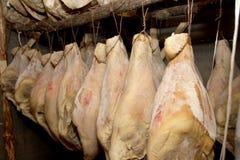 Rimmade grisköttskinkor royaltyfria foton