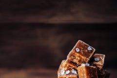 Rimmade karamellstycken och salt makro för hav Smörkaramellgodis M Royaltyfria Bilder