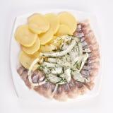 rimmade skivor för kokt sillpotatis Arkivfoto