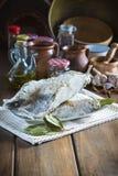 Rimmat torsksnitt på tabellen av köket Royaltyfria Bilder