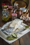 Rimmat torsksnitt på tabellen av köket Arkivfoto
