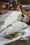Rimmat torsksnitt på tabellen av köket Royaltyfria Foton