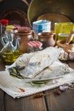 Rimmat torsksnitt på tabellen av köket Arkivbilder