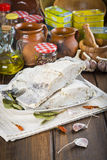 Rimmat torsksnitt på tabellen av köket Royaltyfri Foto