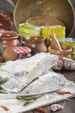 Rimmat torsksnitt på tabellen av köket Arkivfoton