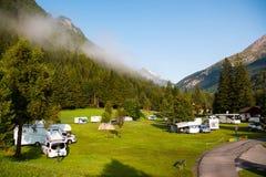 Rimorchi che si accampano sotto la montagna di Grossglockner nel parco nazionale di Hohe Tauern Fotografia Stock Libera da Diritti