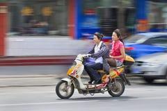 Rimorchi i grils che guidano su una e-bici, Shanghai, Cina Fotografia Stock