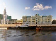 Rimorchi la barca nel fiume di Mosca davanti al compa russo principale dell'olio Fotografia Stock