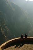 Rimorchi la gente sul bordo del canyon di Colca Immagine Stock