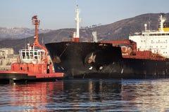 Rimorchiatore al lavoro nel porto di Genova Fotografie Stock Libere da Diritti